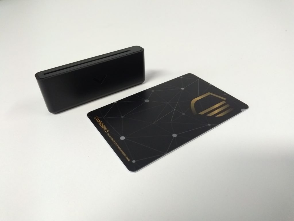 Cool Wallet S card and charger